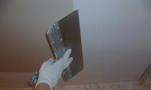 Фото - Як правильно вирівняти стелю шпаклівкою?