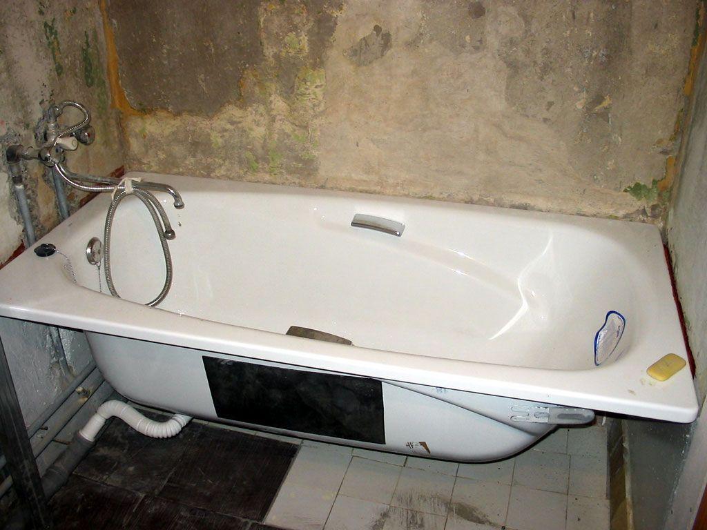 Фото - Як розбити і винести стару чавунну ванну?