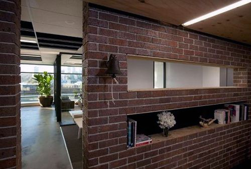 Інтерєр кімнати зі стінами під цеглу