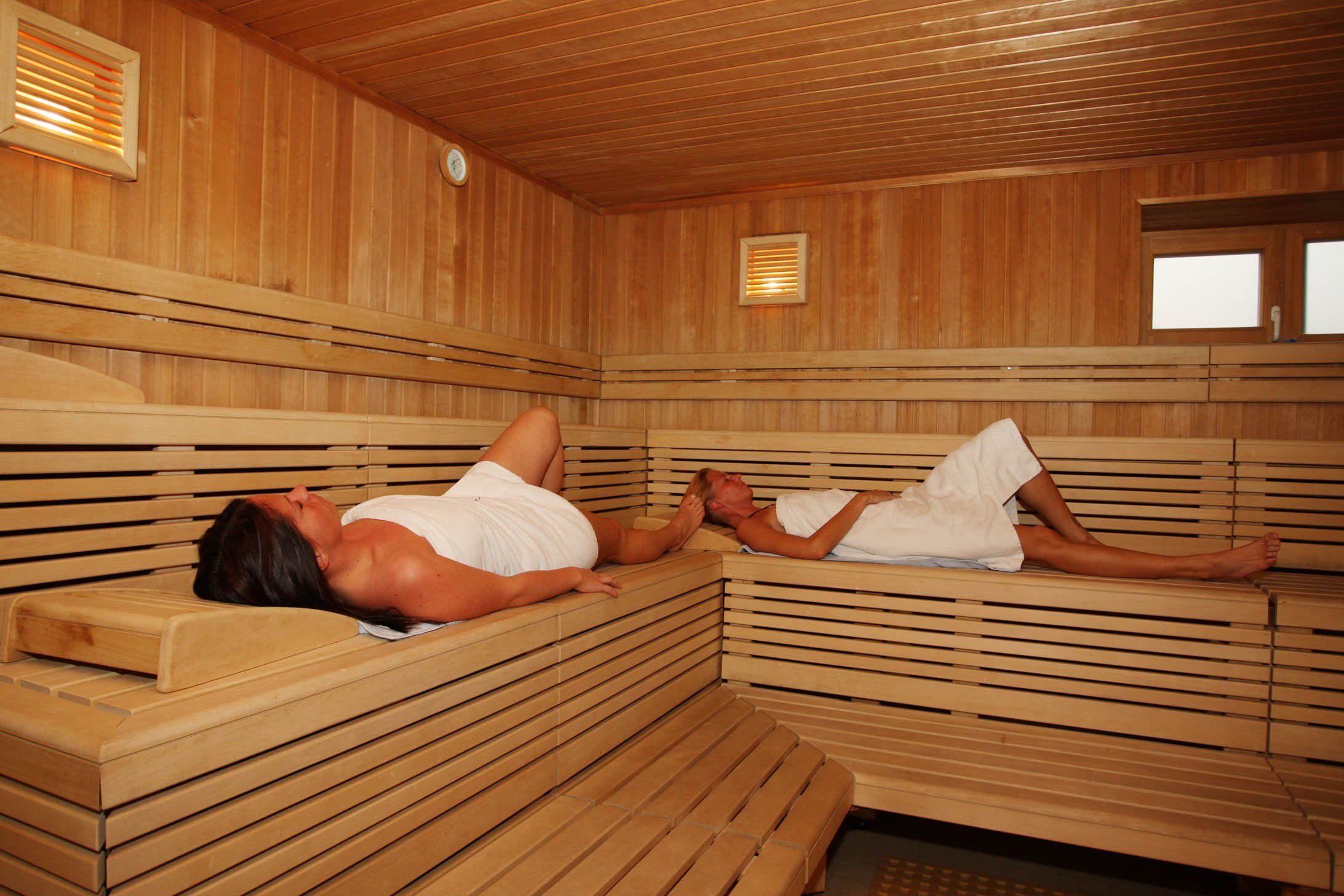 Баня є місцем для відпочинку душі і тіла. З огляду на те, що вона повинна витримувати високі температури, необхідно утеплювати стіни зсередини.