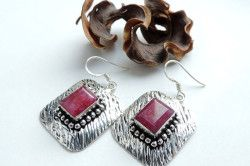 Квадратні сережки зі срібла з рубіном