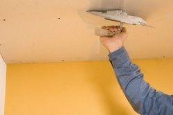 Нанесення штукатурки на стелю
