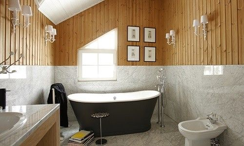 Як виконати обробку ванної кімнати деревом