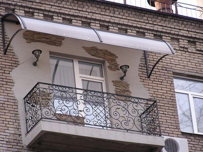Установка козирка над балконом.