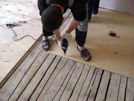 Фото - Як же виконати вирівнювання дерев'яної підлоги фанерою?