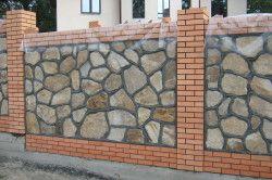 Огорожа з каменю і цегли