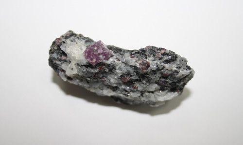 Фото - Які властивості має камінь корунд