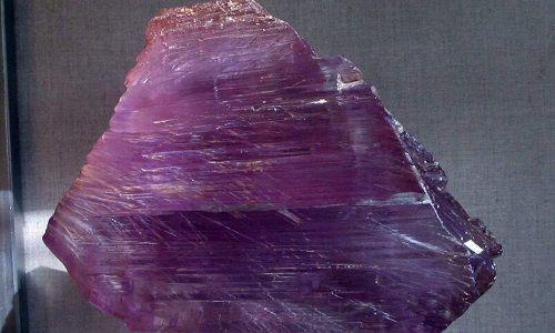 Дорогоцінний камінь кунцит