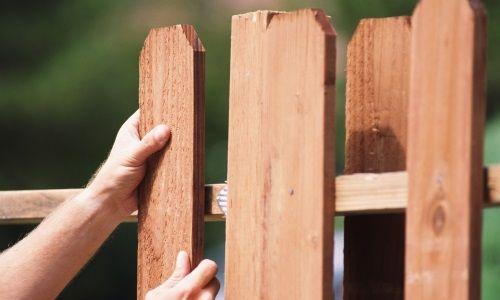 Фото - Який паркан вибрати для заміського будинку