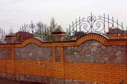 Цегляний паркан з металевими елементами