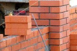 Кладка стовпів здійснюється в півтора або два цегли, центр рекомендується заливати бетоном, щоб надати опорам міцність і стійкість.