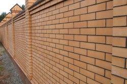 Для будівництва заборів облицювальну цеглу використовувати можна, але треба врахувати, що він відмінно вбирає вологу, тому його морозостійкість не така висока, як у червоної цегли.