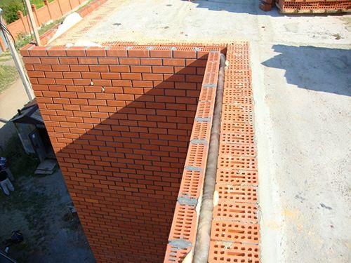 Фото - Класична тришарова кладка з цегли