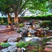 У невеликому дворі можна розмістити невеликий водоспад