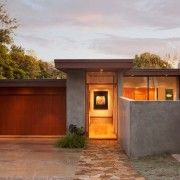 Будинок з плоским дахом і камяною майданчиком