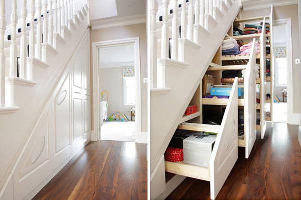 Класична сходи з шафою всередині