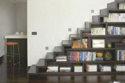 Книжкова шафа в підставі сходи