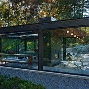 Житловий простір, обмежений скляною стіною