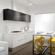 Яскраві стільці на білій кухні