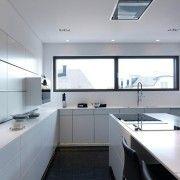 Білі фасади кухні в поєднанні з темним підлогою