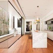 Панорамне вікно в кухні-коридорі