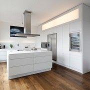 Поєднання білої кухні з деревяною підлогою