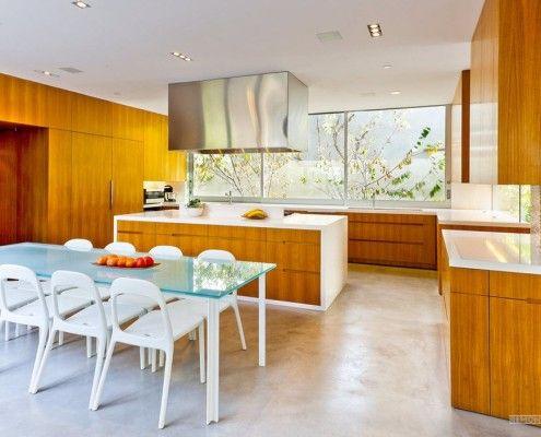 Поєднання білого і коричневого в кухонних меблів