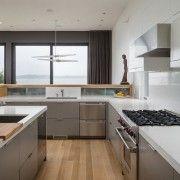 Кухонні меблі оформлена металом