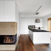 Поєднання білих фасадів кухонних меблів з деревяною підлогою