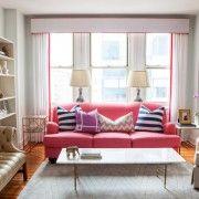Рожевий диван служить акцентом вітальні