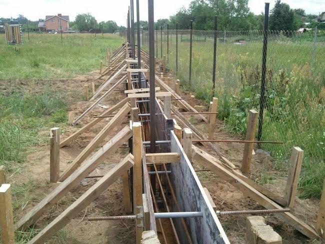 Зведення фундаменту під паркан