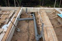 Укладання каналізаційних труб на етапі будівництва.