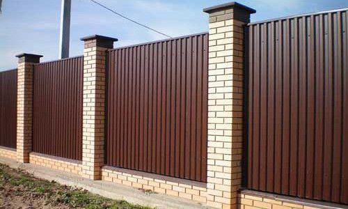 Монтуємо паркан з профнастилу і цегли