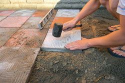 Гумова киянка і рівень для укладання тротуарної плитки