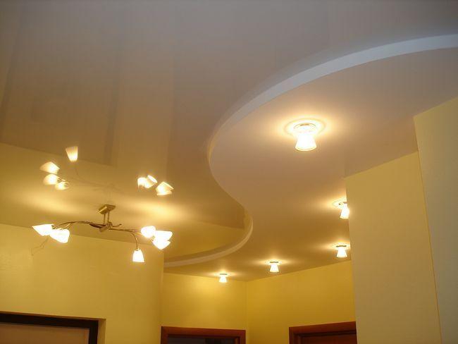 Підвісна потолокв інтерєрі кімнати