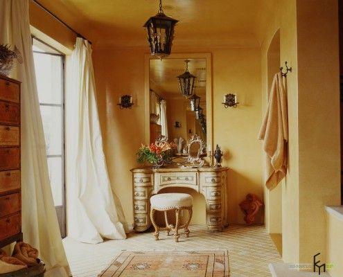 Ковані світильники над туалетним столиком