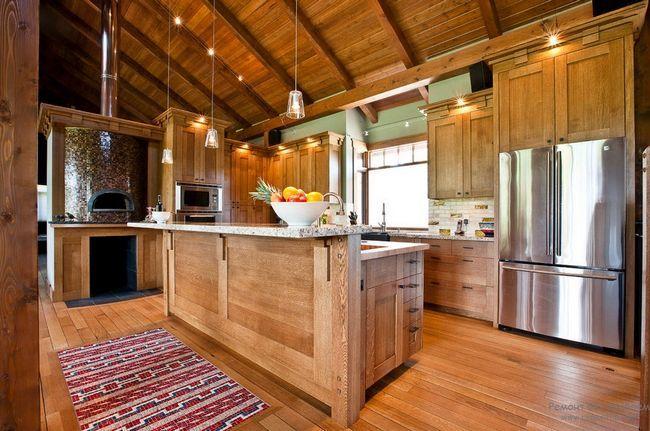 Деревяні дошки на підлозі чудово гармонують з деревяним інтерєром