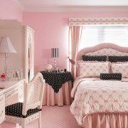 Інтерєр світло-рожевого спальні з введенням чорного кольору в качествеаксессуаров