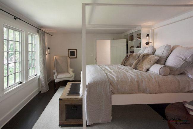 Велике ліжко з рамою