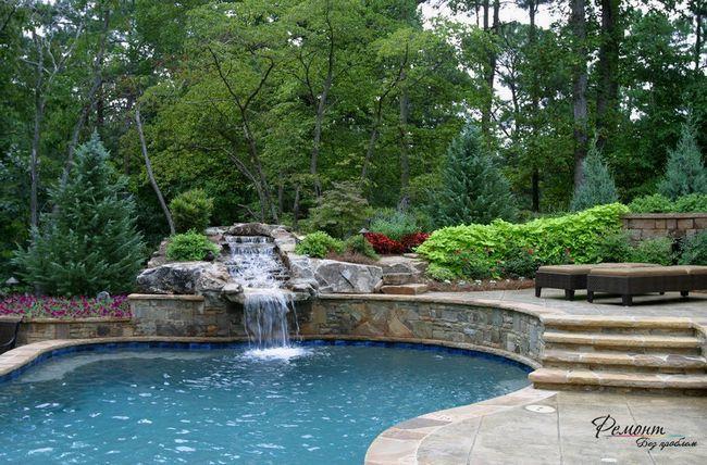 Водоспад, поєднаний з штучною водоймою - розкішний декоративний елемент