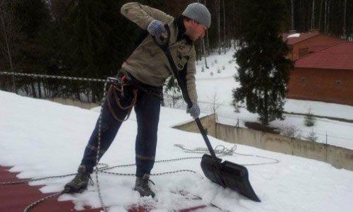 Фото - Очищення покрівель взимку: прибирання снігу та криги з дахів