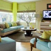 Блакитна меблі в зеленій кімнаті