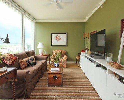 Світла картина на зеленій стіні
