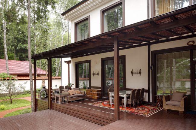 Фото - Основні етапи прибудови до дачного будиночка тераси, її обробка і прикраса