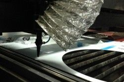 Для різання полікарбонату також використовуються лазерні верстати. Для цього Вам доведеться звернутися за допомогою до фахівців.