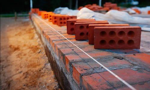 Фото - Особливості кладки цоколя з цегли