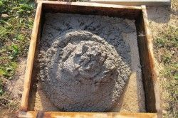 Для бетонного розчину потрібно взяти цемент марки 500 і просіяний пісок в співвідношенні 1: 3, тобто одне відро цементу і 3 відра піску.