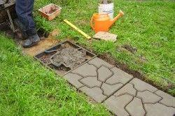 Для початку необхідно виготовити форму для майбутньої плитки тротуарної. Робиться це дуже просто: між великими брусками слід розташувати маленькі і прибити отриману конструкцію цвяхами на 70.