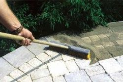 Стельову плитку перед самою заливкою розчину необхідно обовязково змастити відпрацюванням, щоб розчин до неї не прилип.