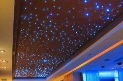 Ви можете створювати цілі сузіря на стелі спальні або дитячої. Мініатюрні галогенні світильники типу